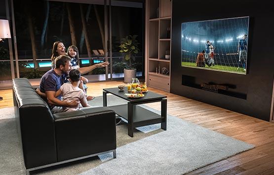 Gezin kijkt TV